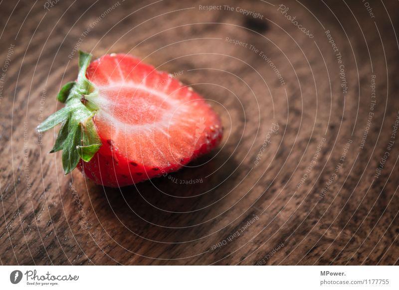erdbeere Lebensmittel Ernährung Essen Frühstück Bioprodukte Vegetarische Ernährung Diät Fasten Fingerfood süß fruchtig Frucht Erdbeeren Holztisch rot Teilung