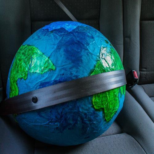 eine Weltreise Ferien & Urlaub & Reisen Stadt blau grün Umwelt Bewegung lustig Erde PKW Verkehr Sicherheit fahren Umweltschutz nachhaltig Globus Politik & Staat
