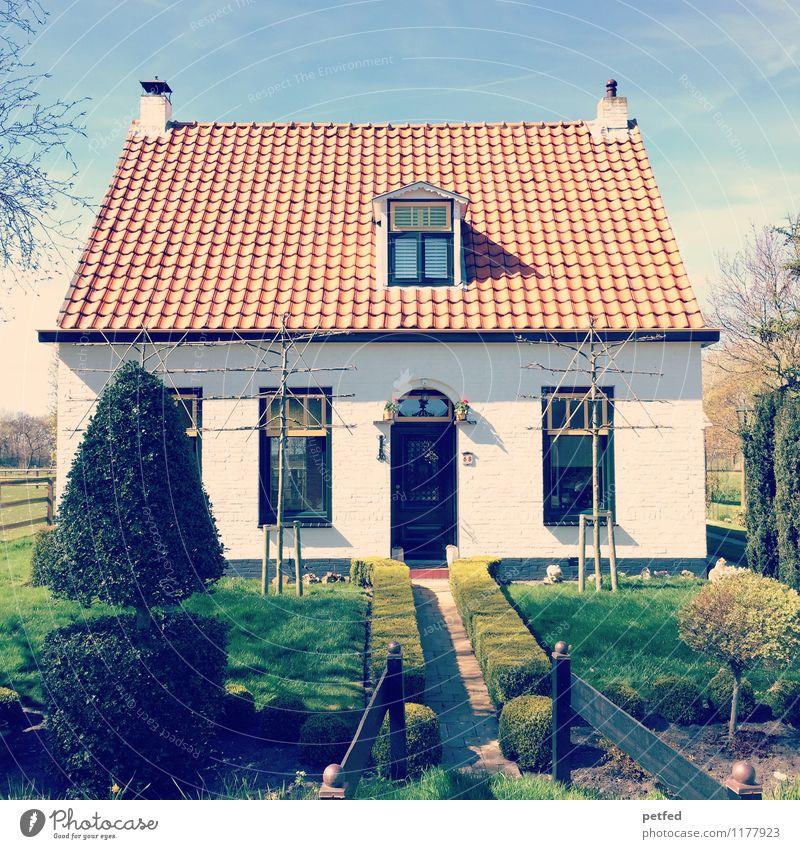 Häusliche Ansichten XIV Wohnung Haus Garten Himmel Frühling Schönes Wetter Hecke Rasen Einfamilienhaus Fassade Fenster Tür Dach klein schön blau grün weiß