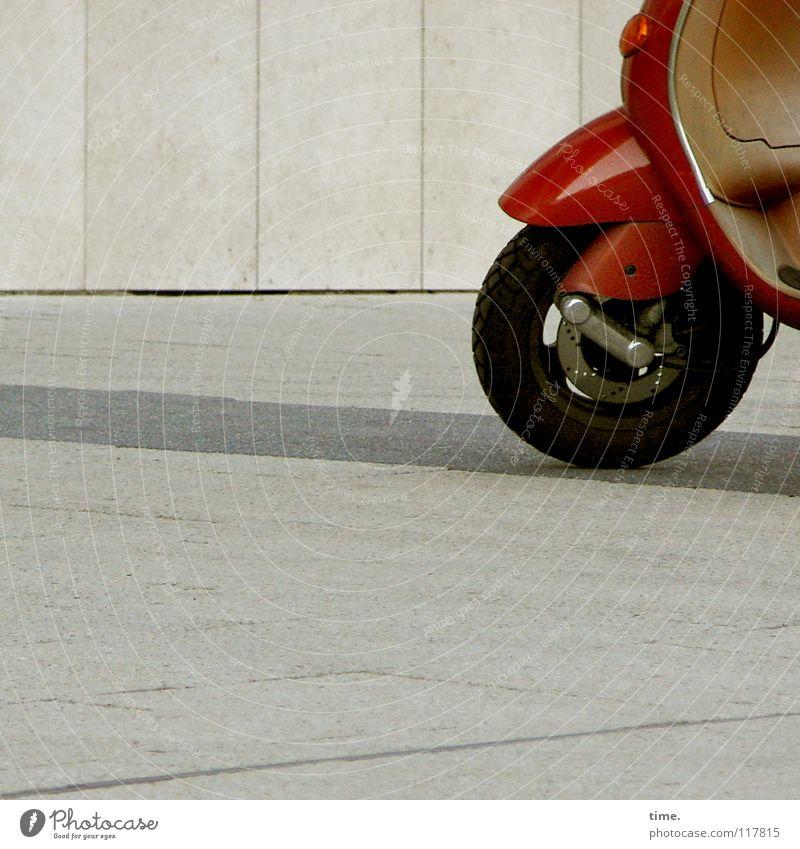 Pöttepött, der rote Roller - sagt Lukas rot Wand Straße Mauer Linie glänzend Verkehr Handwerk Personenverkehr Reifen Parkplatz parken Kleinmotorrad Verkehrsmittel Lack Bremse