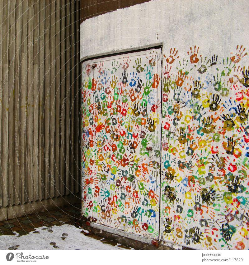 Gestaltung Wand mit vielen bunten Händen Stil Handarbeit Schnee Berlin Tür Dekoration & Verzierung Sammlung Beton streichen fest Zusammensein einzigartig Farbe