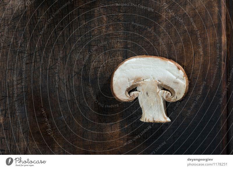 Geschnittene Pilze auf Holztisch Gemüse Ernährung Abendessen Vegetarische Ernährung Diät Tisch Koch Natur frisch lecker natürlich braun weiß aufgeschnitten