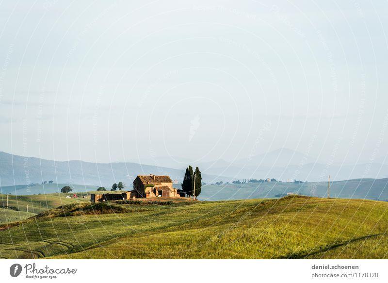 Sommerbild Ferien & Urlaub & Reisen Tourismus Ferne Sommerurlaub Haus Landschaft Hügel alt blau gelb grün Einsamkeit Erholung Horizont ruhig Toskana Italien