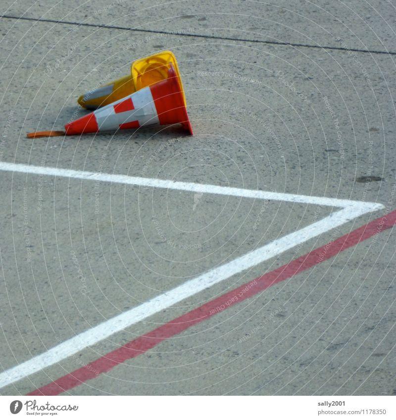 auf Arbeit | Pause... Verkehr Luftverkehr Flughafen liegen alt kaputt Verkehrsleitkegel Asphalt Fahrbahnmarkierung Klebeband Bodenbelag umgefallen 2