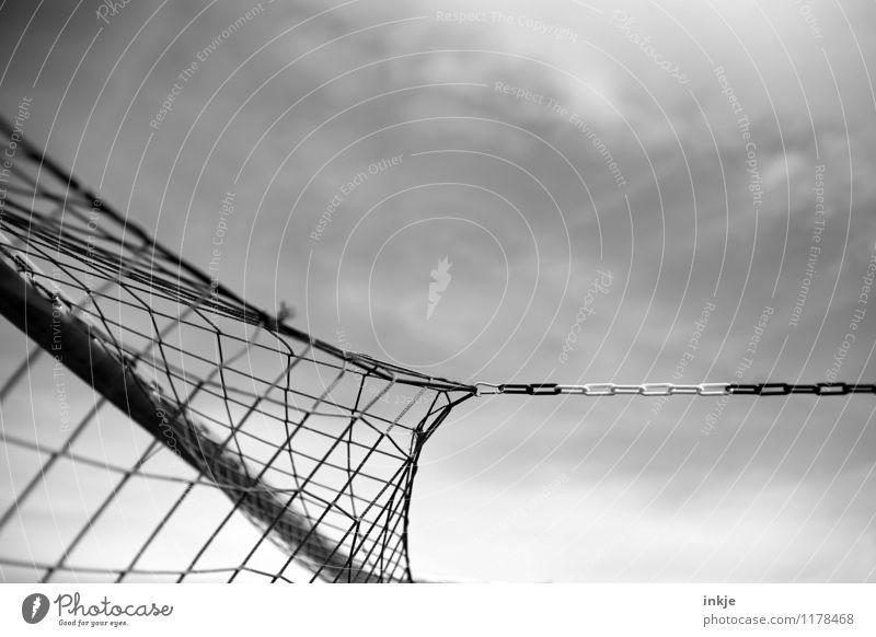 Sturm Freizeit & Hobby Sport Fußballtor Tor Netz Sportveranstaltung Fußballplatz festhalten gespannt spannen Kette Schwarzweißfoto Außenaufnahme Nahaufnahme