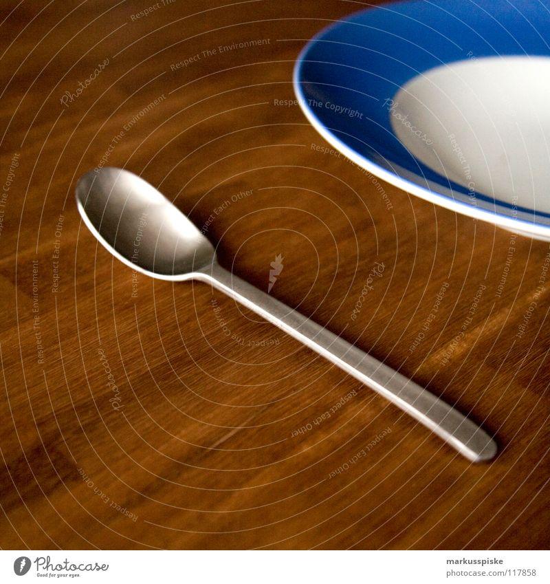 teller mit löffel Besteck Löffel Teller Am Rand weiß babyblau rund Tisch Mittagessen Holz dunkel Akazie Abendessen rustikal Gastronomie Geschirr Ernährung time