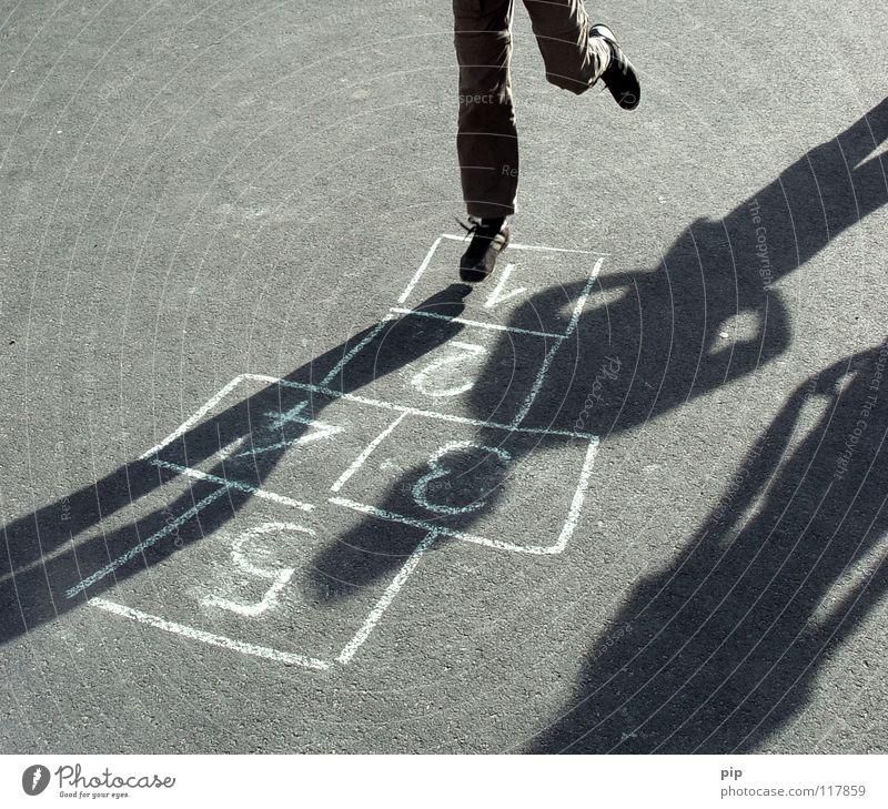 First Step hüpfen springen Leichtigkeit Zufriedenheit Fußtritt Überleitung Feld Spielen spielerisch Pessimist Spielregel Kinderspiel Erinnerung Asphalt