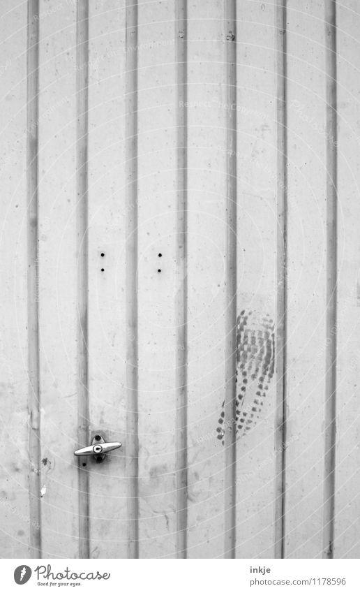 und das klemmt. alt Gefühle Linie Metall Häusliches Leben dreckig Tür Streifen Wut Fabrik Gewalt Tor Aggression anstrengen Zerstörung Fußspur