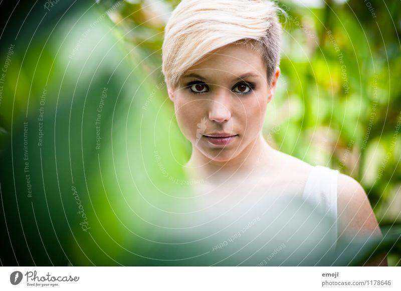 Portrait feminin Junge Frau Jugendliche Gesicht 1 Mensch 18-30 Jahre Erwachsene blond kurzhaarig trendy schön natürlich grün frontal direkt Farbfoto