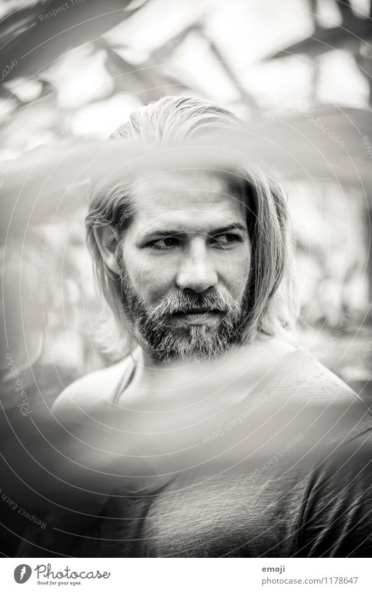 dazwischen maskulin Junger Mann Jugendliche Gesicht 1 Mensch 18-30 Jahre Erwachsene Bart trendy schön Schwarzweißfoto Außenaufnahme Tag Schwache Tiefenschärfe