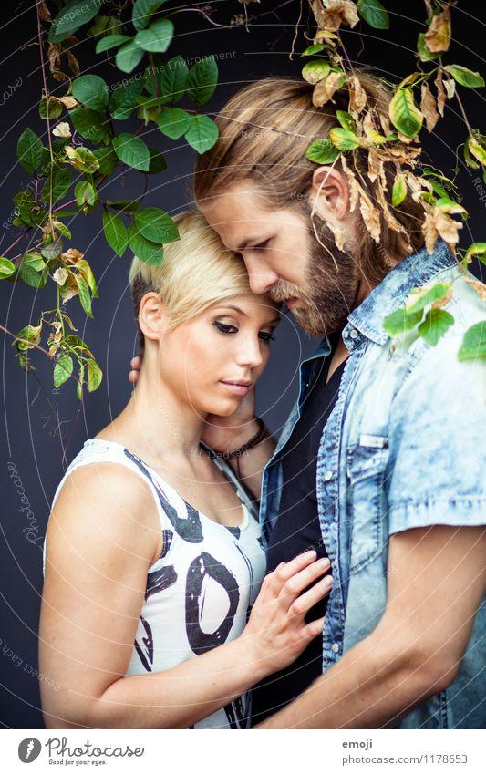 II maskulin feminin Junge Frau Jugendliche Junger Mann Paar Erwachsene 2 Mensch 18-30 Jahre Zusammensein schön Intimität Liebespaar Farbfoto Außenaufnahme Tag