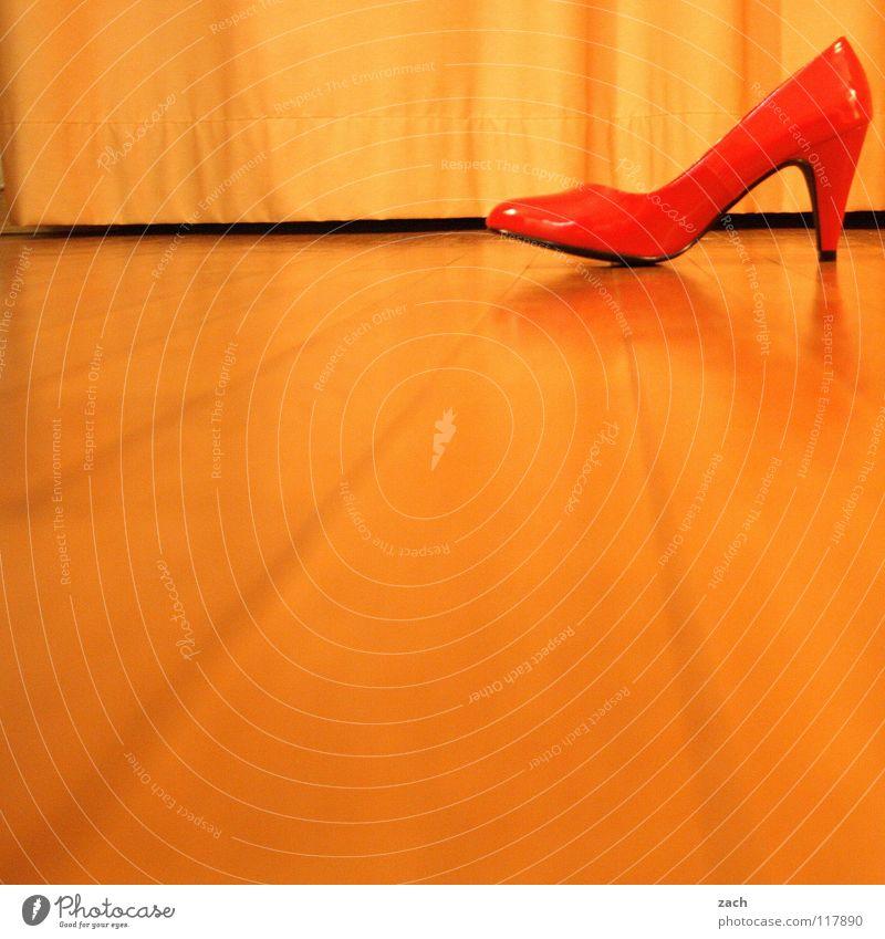 Der Schuh von dem Manitu seine Frau Schuhe Damenschuhe Parkett Laminat Holzfußboden rot grell schick gehen Bekleidung Bodenbelag shoes Einsamkeit Single laufen