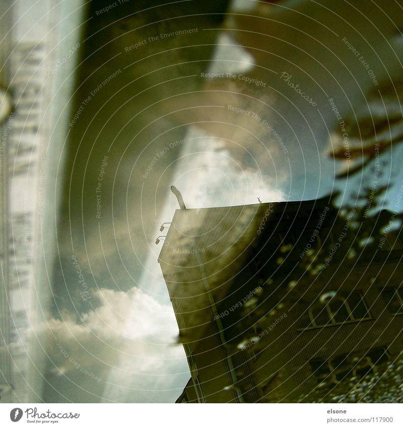 ::BALD IST SOMMER:: schlechtes Wetter nass Winter Herbst kalt Pfütze Haus Gebäude Bauwerk Stadthaus Baracke Dach dunkel Abendsonne verpackt Regen Schatten