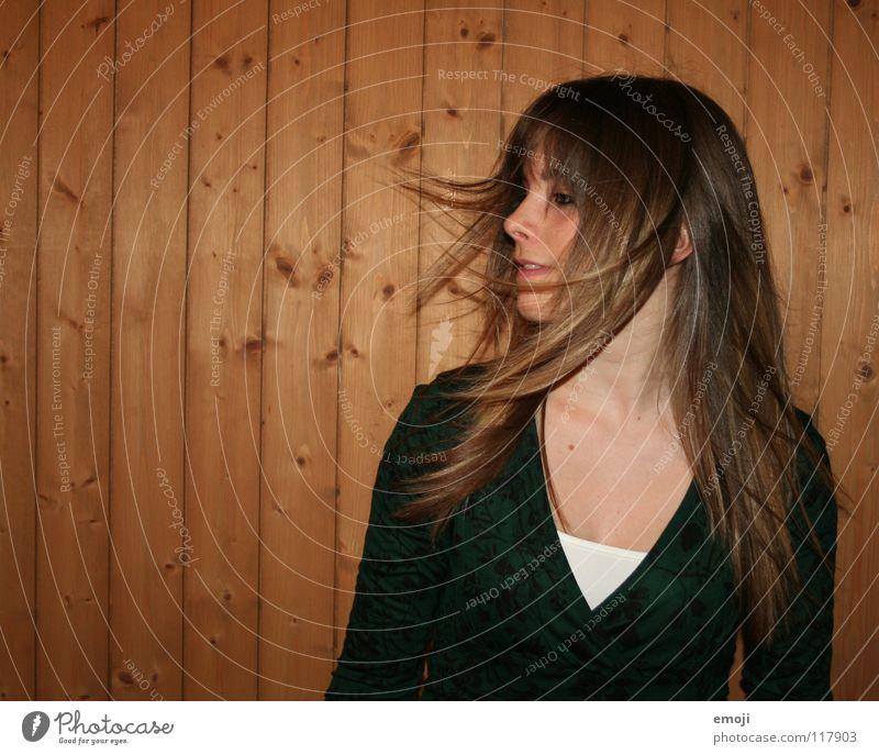 miss luzern Frau Jugendliche rocken Party authentisch Holzwand Luft Brise schön süß Beautyfotografie Lust Gefühle genießen Bewegung Friseur charmant Spielen