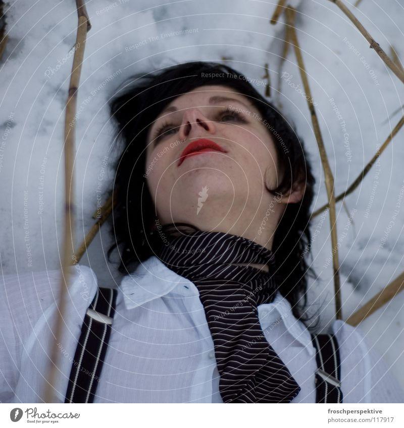 The Way You Make Me Feel Frau Schminke geschminkt schwarzhaarig Märchen Hosenträger Tanne Schweiz Schilfrohr Winter kalt graue Wolken See frieren Blick