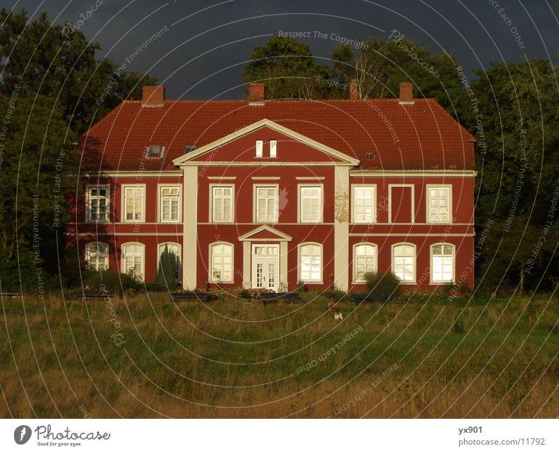 Rotes Haus Himmel blau rot