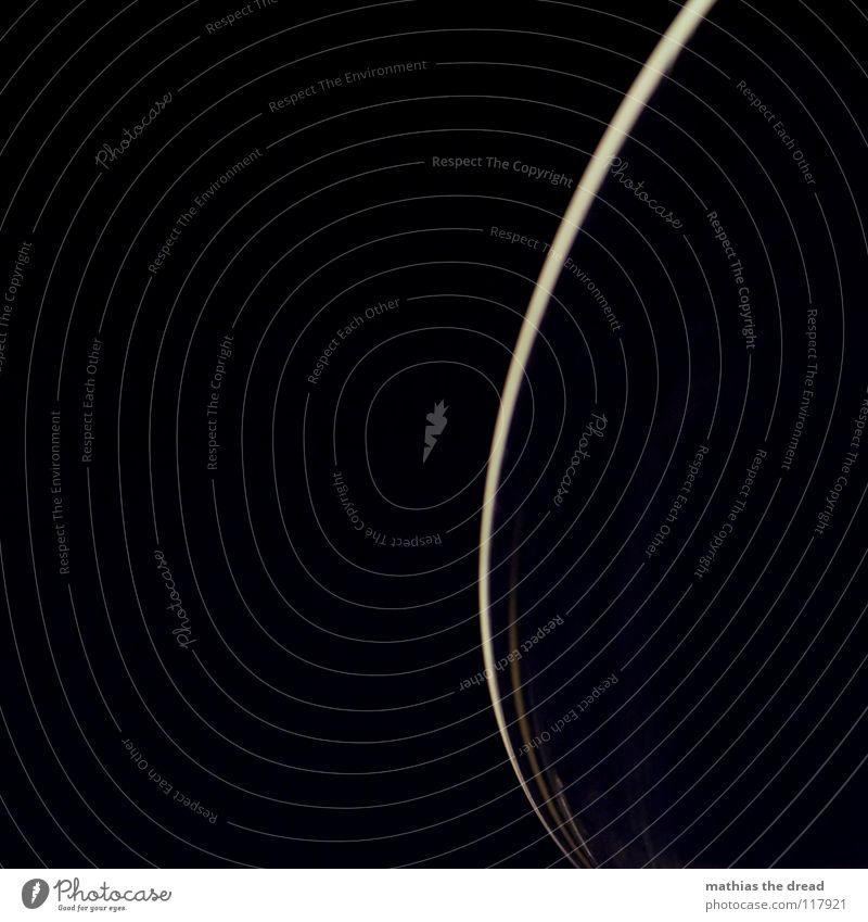 TRINKGLASRANDKREISBOGENAUSSCHNITTLICHTERSPIELFOTO dunkel schwarz kalt gelb hell orange glänzend Eis Glas Ecke Küche Unendlichkeit Weltall Spuren Flüssigkeit durchsichtig