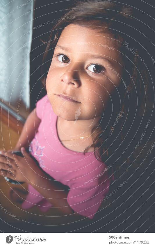 kleine freche maus Freude Spielen Mensch Kleinkind Mädchen Schwester Gesicht 1 1-3 Jahre 3-8 Jahre Kind Kindheit Kleid brünett langhaarig genießen Blick schön