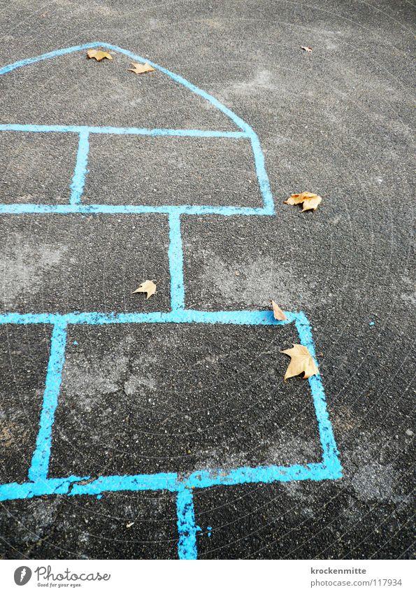 Himmel & Hölle blau Einsamkeit Freude Blatt Herbst Spielen Kindheit Asphalt hüpfen Schulhof