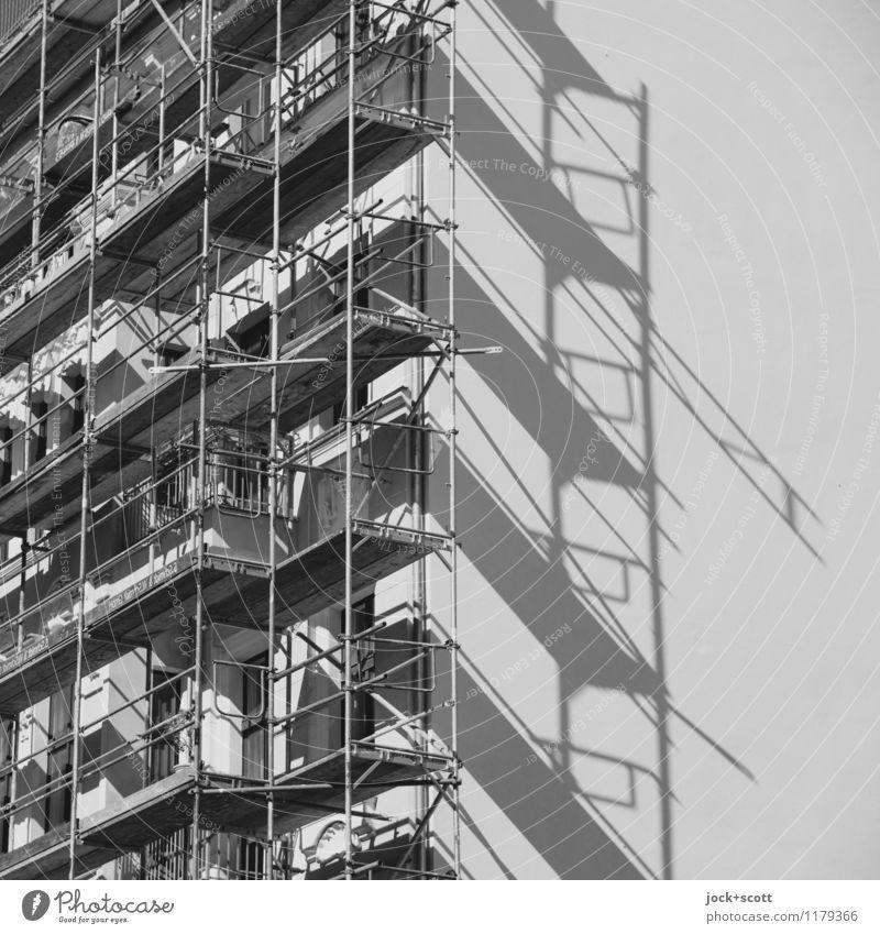 Baugerüst auf Arbeit in Arbeit Baustelle Prenzlauer Berg Fassade Brandmauer bauen authentisch eckig Sicherheit Symmetrie Wandel & Veränderung Schattenspiel