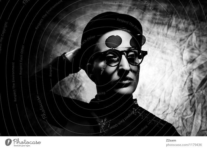 Stranger elegant Stil feminin Junge Frau Jugendliche 18-30 Jahre Erwachsene Pantomime Theaterschauspiel Körper Mode Piercing Brille Sonnenbrille Hut Glatze