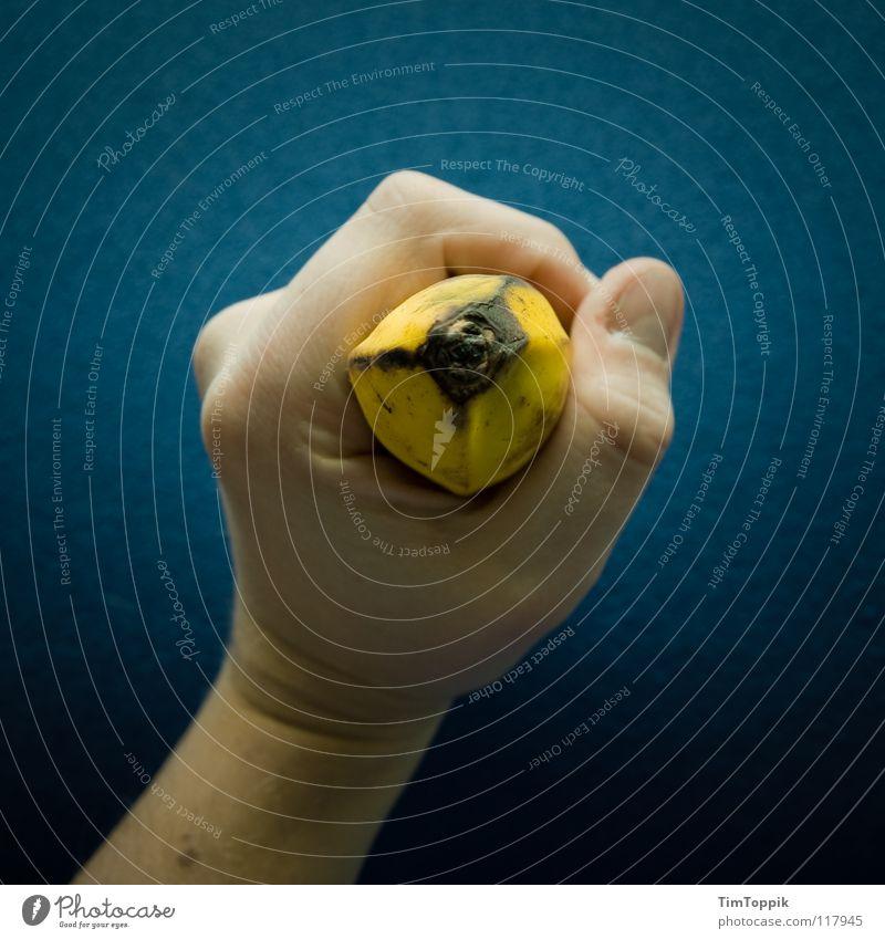 Und bitte! Frucht Ernährung Essen Gesundheit Arme Hand Finger beobachten festhalten Fingernagel Gelenk Faust Banane Daumen Mikrofon Vitamin drücken zerquetschen