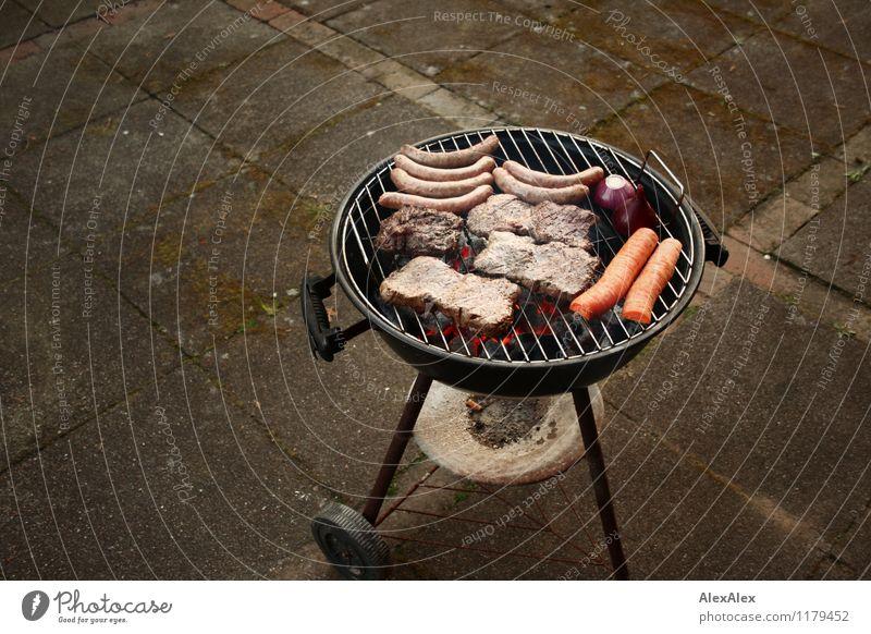 Grill Ernährung Abendessen Picknick Slowfood Grillen Holzkohle Kugelgrill Steak Würstchen Bratwurst Möhre Zwiebel Terrasse Feste & Feiern Feierabend Wochenende