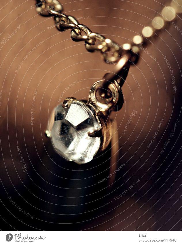 Goldene Kette mit einem Schmuckstein als Anhänger elegant schön Accessoire Stein alt glänzend braun Schmuckanhänger Diamant Kostbarkeit teuer Glamour edel Erbe
