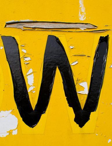 das gelbe W Typographie Grafik u. Illustration Folie Kunststoff Schriftzeichen Schilder & Markierungen Großbuchstabe authentisch einfach kaputt retro Verfall