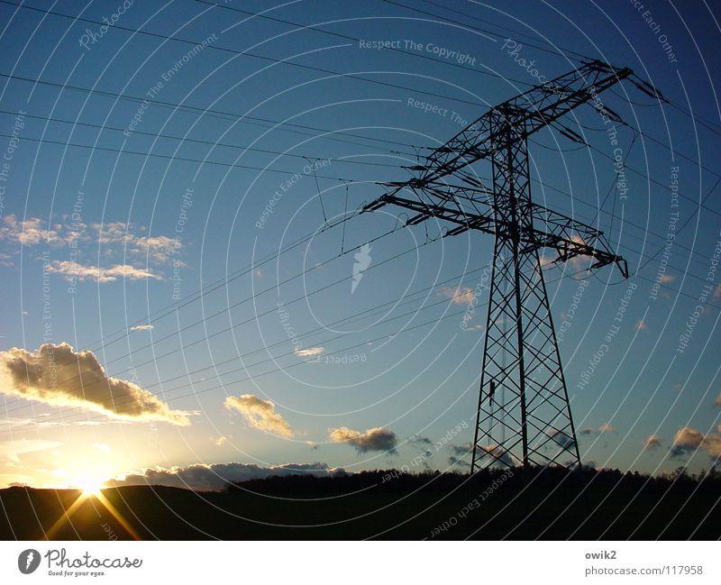 Strippenzieher Sonne Lampe Industrie Energiewirtschaft Gastronomie Kabel Landschaft Himmel Wolken Horizont Metall Schnur Kraft Einsamkeit Kontakt Elektrizität