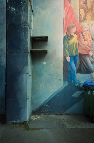 für die tonne Mensch Frau rot Erwachsene Wand Graffiti feminin Kunst Arbeit & Erwerbstätigkeit Kommunizieren Politische Bewegungen Bildung Team Fahne Gemälde