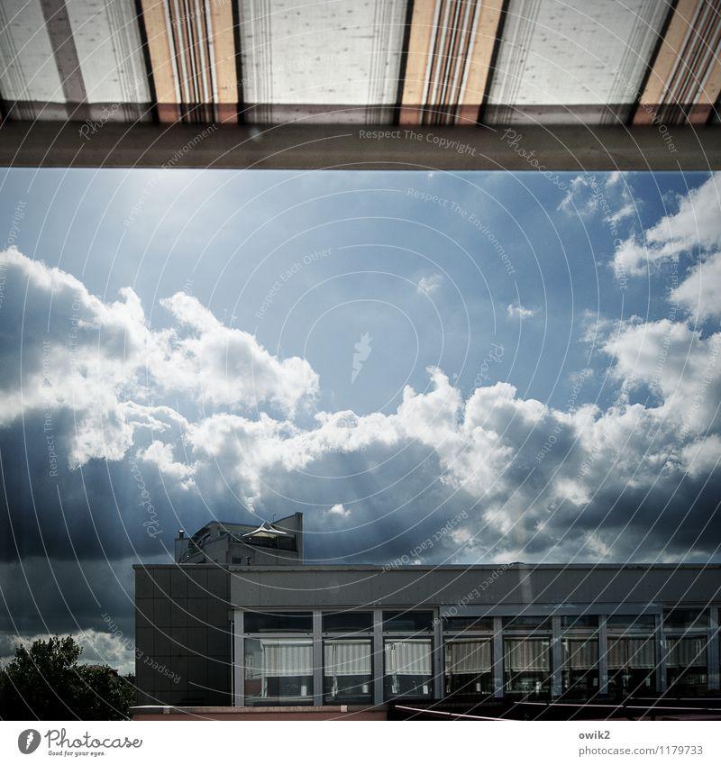 Spremberg Himmel Wolken Schönes Wetter Haus Mauer Wand Fassade Markise Plattenbau leuchten glänzend hell Optimismus Farbfoto Außenaufnahme Menschenleer