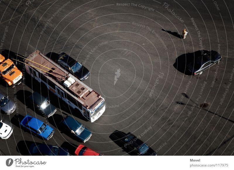 lost in moscow Mensch Stadt Erwachsene Straße PKW Angst laufen Verkehr gefährlich verrückt Perspektive bedrohlich fahren Asphalt Asien Mut
