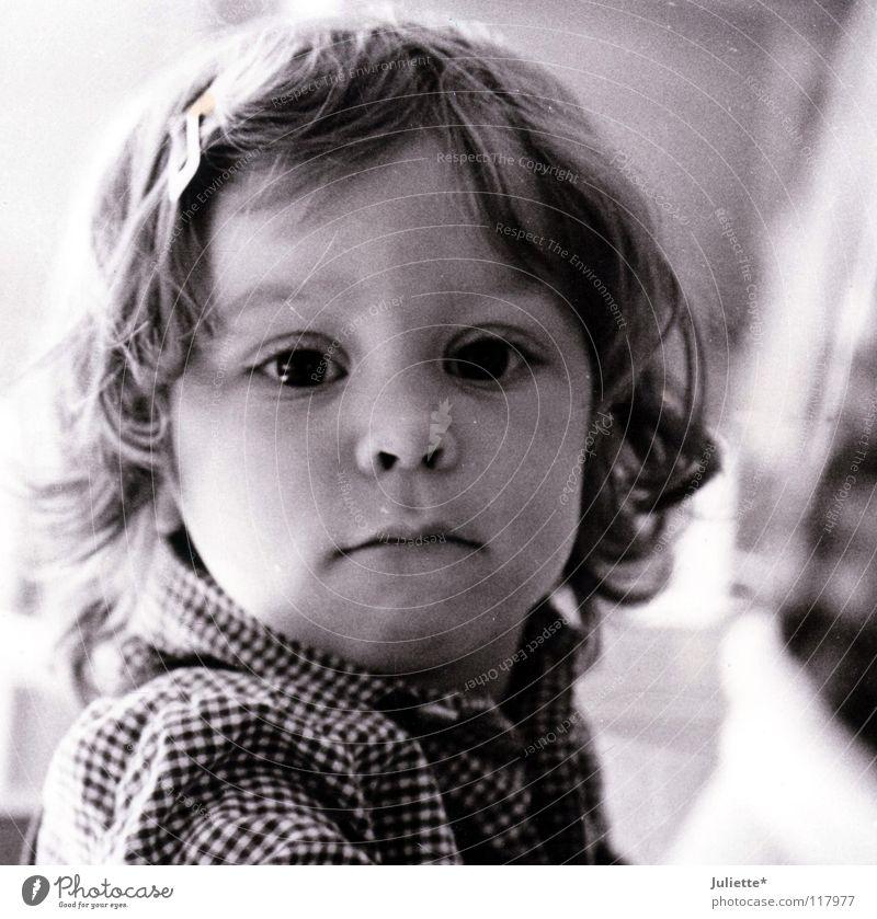 Mein Schwesterherz! Mädchen Kind Kleinkind wach Neugier schön sensibel schwarz weiß Lippen Hemd kariert Schwarzweißfoto Auge Einsamkeit kulleräugig Nase Mund