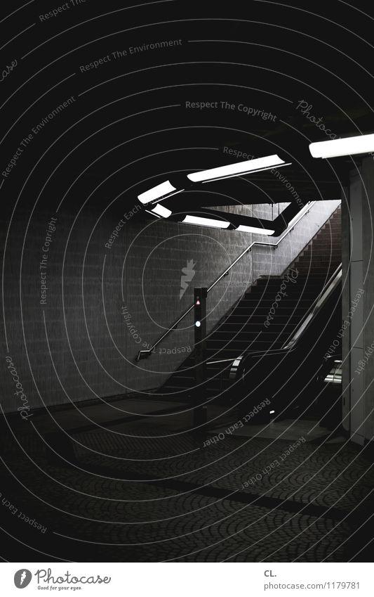 rolltreppe Mauer Wand Treppe Rolltreppe Verkehr Verkehrswege Bahnfahren Wege & Pfade U-Bahn Bahnhof Bahnhofshalle Neonlicht dunkel Stadt stagnierend Ziel
