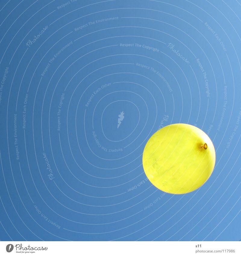Luft In Der Luft Sommer Geburtstag Luftverkehr Himmel Wetter Luftballon blau gelb Schweben himmelblau Punkt Farbfoto Gedeckte Farben mehrfarbig Außenaufnahme