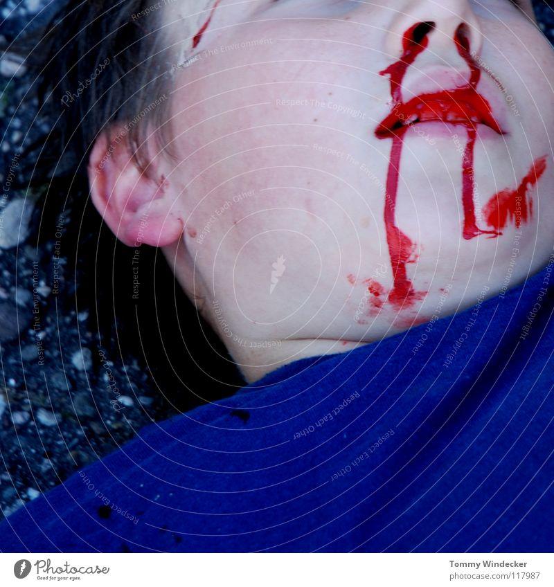 Schock IV Kind Nasenbluten Seitenlage Heftpflaster verbinden Gesundheitswesen Sanitäter Wunde Versorgung gefährlich Unfall Zellstoff Rettung Autounfall Verkehr