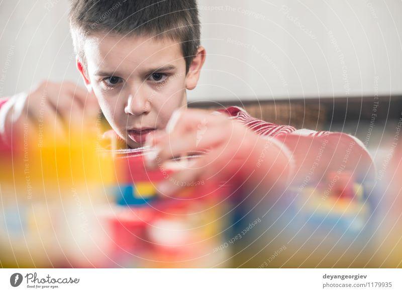 Kinderspiel mit Kinderplastik Konstrukteur Freude Haus Junge Gebäude Spielen Glück klein Freizeit & Hobby Tür Aktion Kindheit Tisch Kreativität Baby niedlich