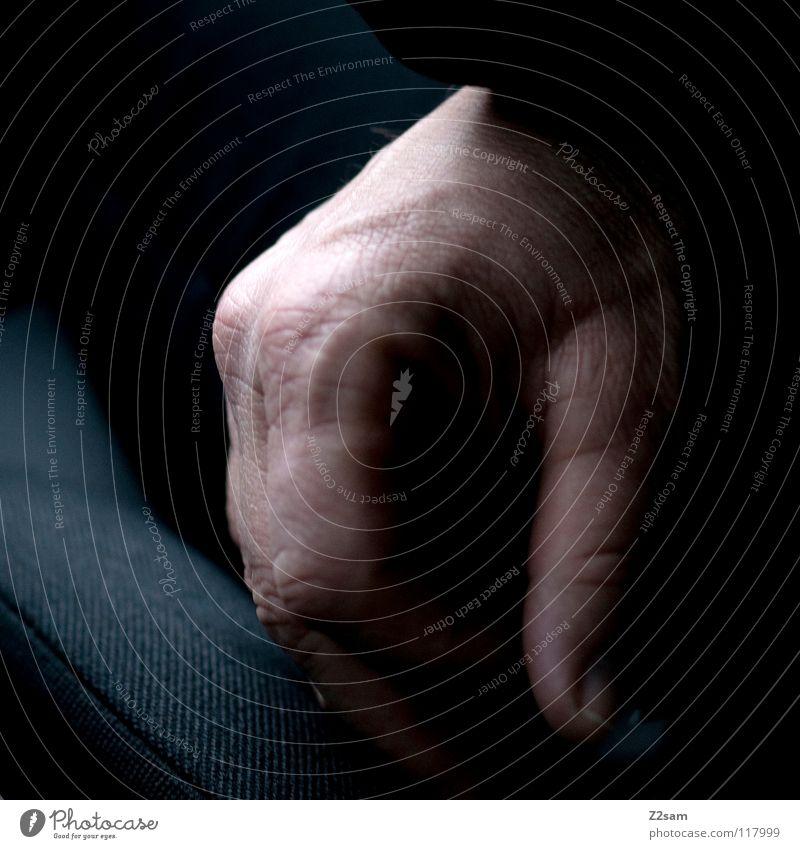 ruhen ruhig maskulin Mann Erfahrung Licht dunkel Erholung Daumen Finger hängen Mensch liegen Zufriedenheit PKW Sitzgelegenheit alt
