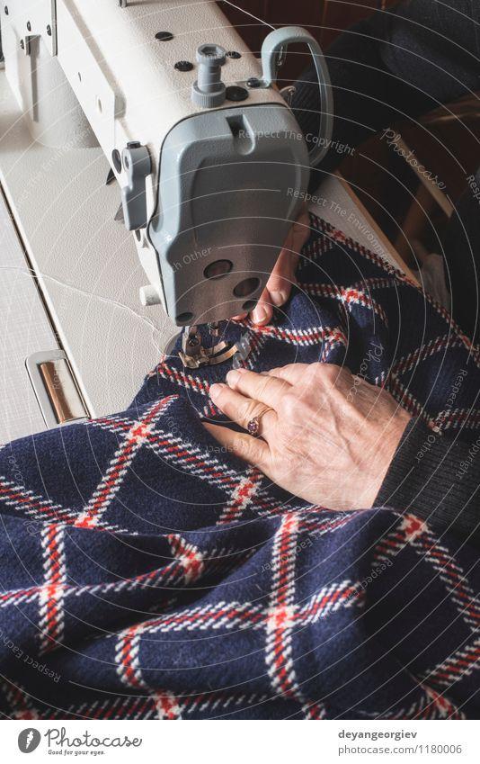 Frau, die an einer Nähmaschine näht Mensch Erwachsene Sport Mode Arbeit & Erwerbstätigkeit Freizeit & Hobby Design Bekleidung Industrie Stoff Beruf Fabrik