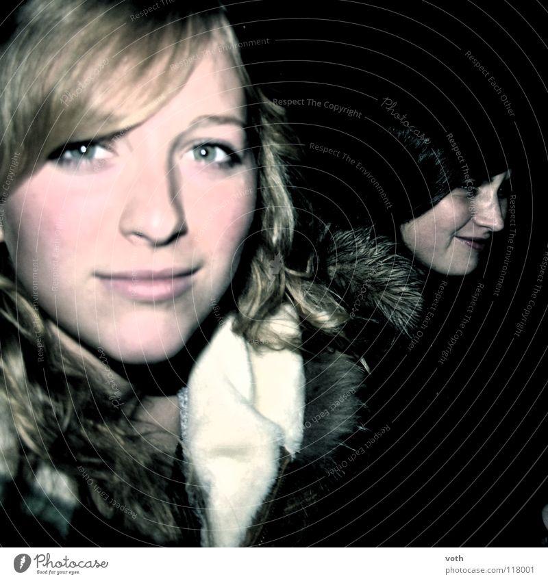 Nachtleben schwarz dunkel blond Porträt Mantel kalt Frau Prinzessin Haare & Frisuren
