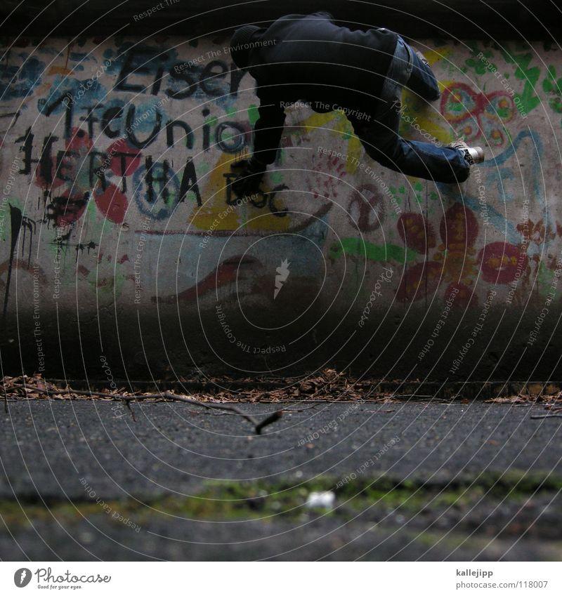 lokalrunde Mensch Mann Hand Stadt Haus Graffiti Berge u. Gebirge Gefühle Berlin springen See Luft Lampe Fassade Freizeit & Hobby hoch