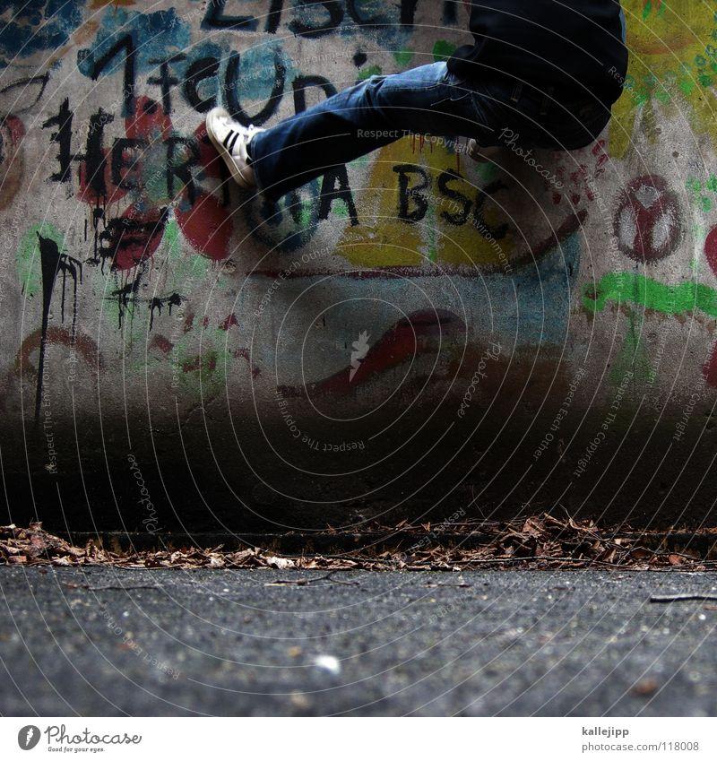 lokalderby Mensch Mann Hand Stadt Haus Graffiti Berge u. Gebirge Gefühle Berlin springen See Luft Lampe Fassade Freizeit & Hobby hoch