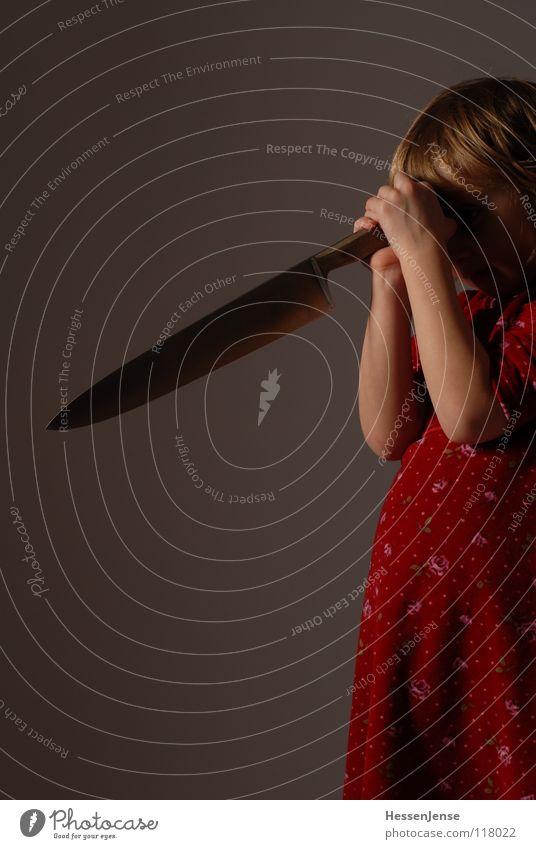Objekt 2 Kind rot Angst Hintergrundbild Trauer Aktion gefährlich fangen Gewalt Flüssigkeit Verzweiflung Gesellschaft (Soziologie) verloren Panik Griff Messer