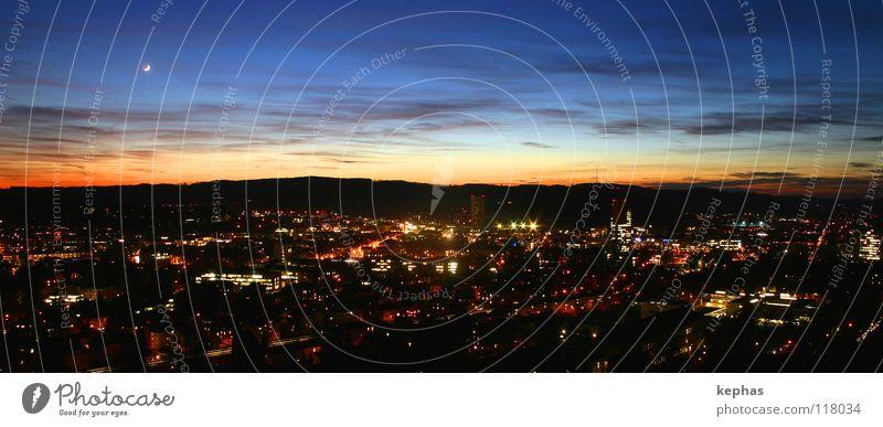Lichter der Kleinstadt Himmel Stadt Wolken Lampe dunkel Hoffnung Sehnsucht Mond Erwartung Abenddämmerung Panorama (Bildformat) Nachtaufnahme Winterthur