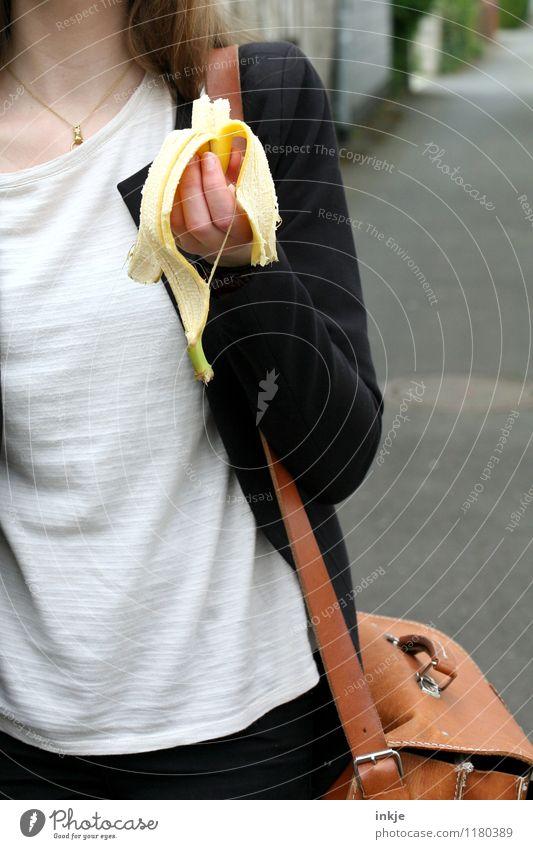 Nahaufnahme Schülerin mit Banane Frucht Ernährung Essen Bioprodukte Vegetarische Ernährung Fingerfood Snack Lifestyle Gesunde Ernährung Schule Schulkind Vesper