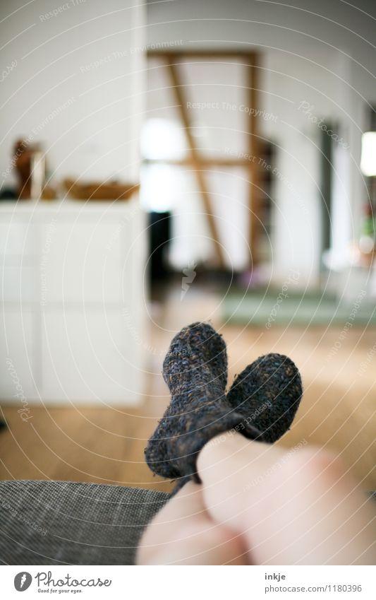 Vaters Tag, Omas Socken Lifestyle Stil Freizeit & Hobby Häusliches Leben Wohnung Raum Wohnzimmer Mensch Jugendliche Erwachsene Beine Fuß 1 Strümpfe Wollsocke