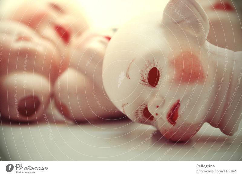 rollende Köpfe gruselig Geister u. Gespenster makaber kopflos Keramik Einsamkeit kaputt Haufen Zwerg obskur Puppe Kopf gruselkabinett geisterbahn Geschirr