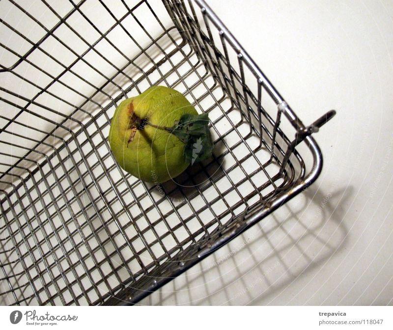 korb alt grün Ernährung Leben kalt Gesundheit kaufen Frucht leer Ladengeschäft Markt Korb Supermarkt Einkaufswagen steril