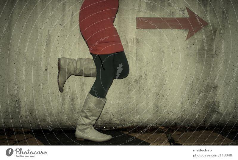 FOLLOW THE MAGENTA Mensch Frau kalt Wand Bewegung grau Mauer Beine Mode Fuß gehen Schuhe rosa laufen Schilder & Markierungen Erfolg